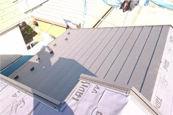 棟板金より見下ろした屋根カバー工法