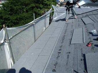 金属屋根材「エコグラー二」を設置します