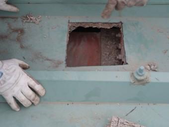屋根の高さを上げるため、梁が通っている部分の真上に穴を開けます