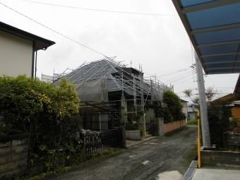 ゆるんでいるビス。強風に煽られ屋根が飛散する危険がある