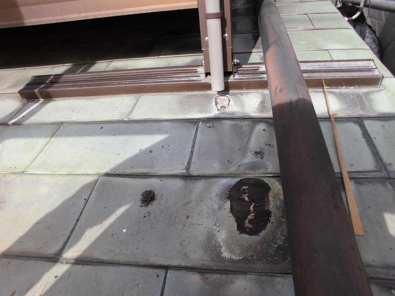 雨が落ち続け腐食し穴が開いてしまった銅板屋根