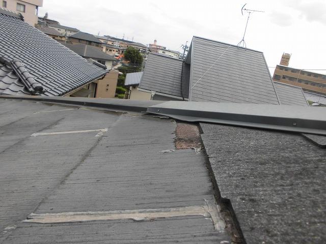 折板屋根の屋根カバー工法の事例を見る