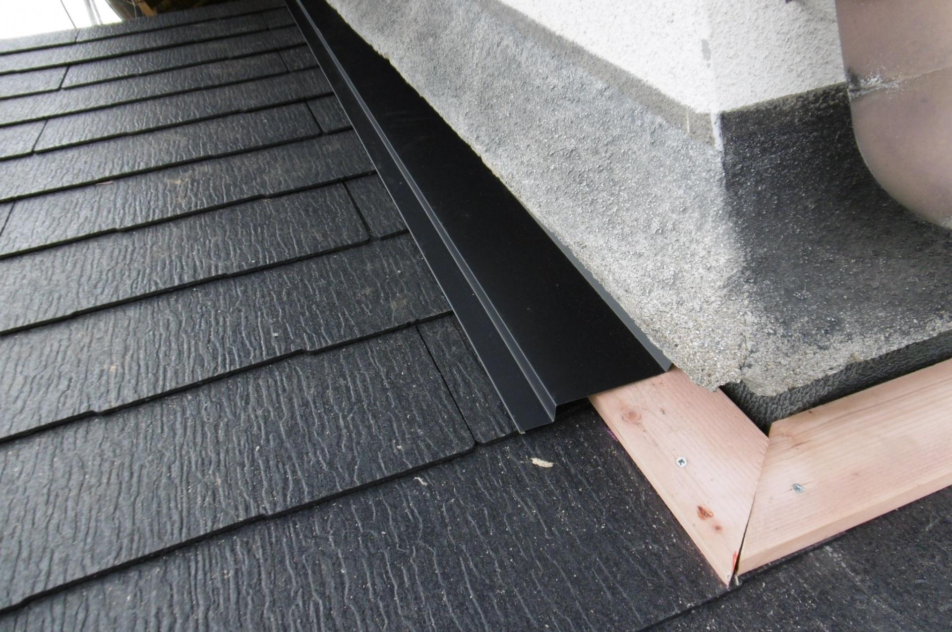 貫板の上に雨押え板金をかぶせます