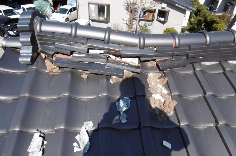 地震によって本棟が崩れています