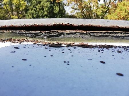 かまぼこ型の庇 雨漏りの原因 錆びて穴あき