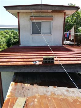 熊本市東区で金属屋根にガルバリウム鋼板波板重ね張りを行った様子