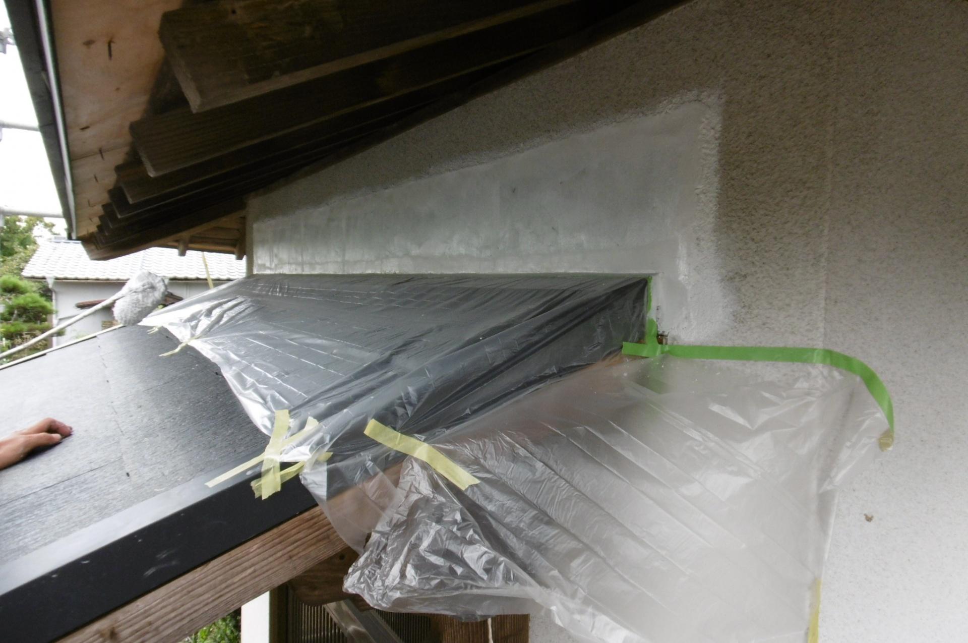 既存の下屋と壁の取り合い部をモルタルで処理します