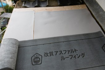 断熱材を敷きます