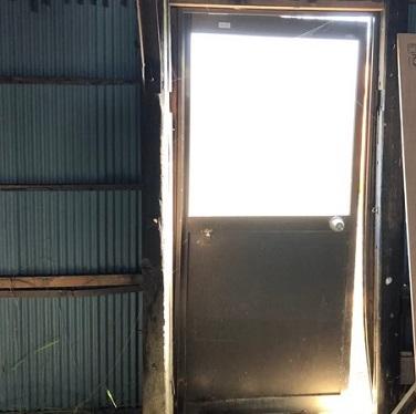 木造倉庫 トタン壁 扉周辺の隙間 補修工事