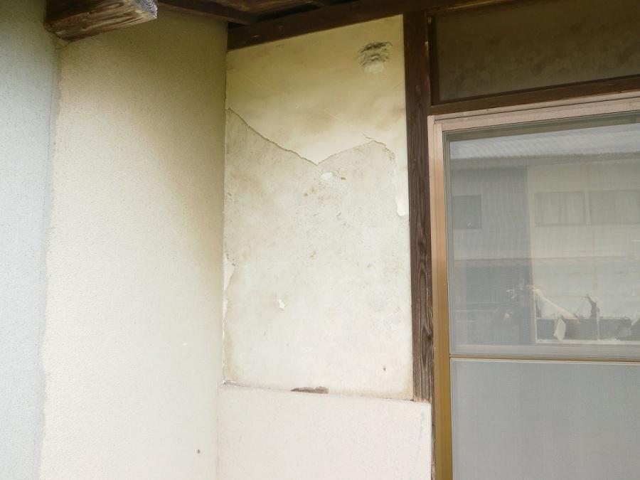 漆喰塗の外壁が剥がれ落ちています。