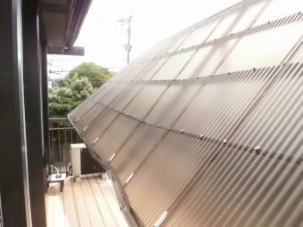 根本の固定ビスが外れて落下しているテラス屋根