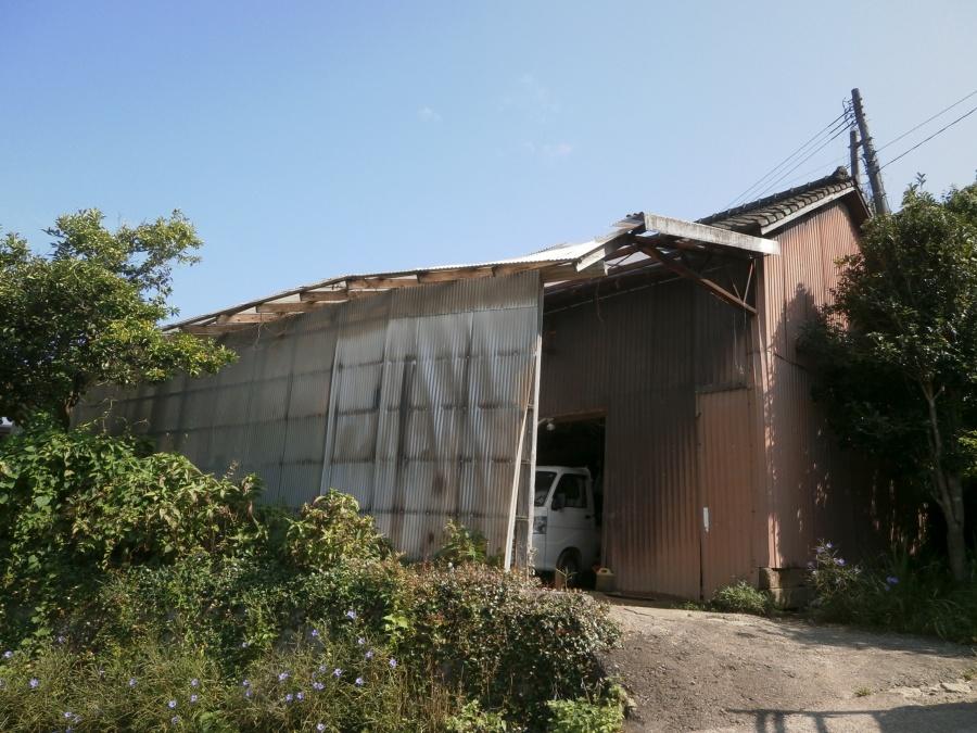波板屋根の倉庫全景