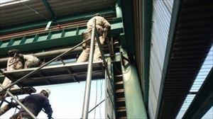 工場 電動シャッター シャフト解体の状況