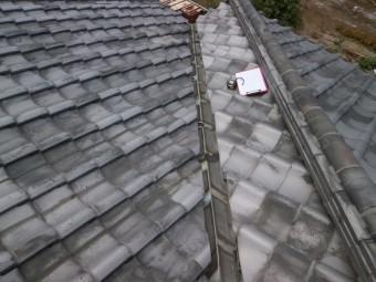 いぶし瓦葺き屋根の谷板金に穴