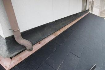 下屋と壁の取り合い部に貫板を打ちます